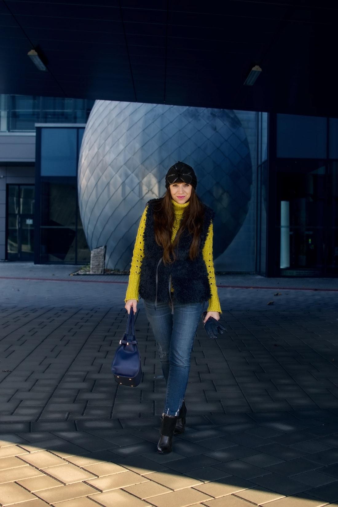 IRRESISTIBLE ME_Katharine-fashion is beautiful_blog 4_hair extension_irresistible me_beauty_Modrá kožušinová vesta_Katarína Jakubčová_Fashion blogger
