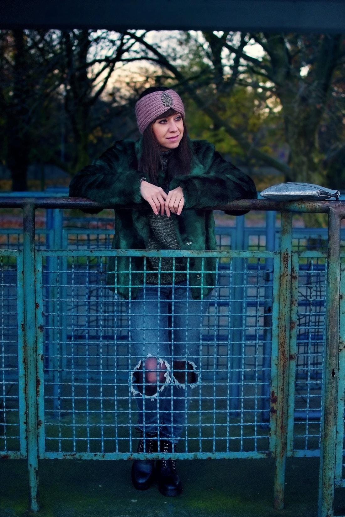 DNES NOSÍM ZELENÚ KOŽUŠINOVÚ BUNDU_Katharine-fashion is beautiful_blog 5_Zelený kožuch More&More_Sivé roztrhané džínsy Zara_Ružová čelenka Lindex_Katarína Jakubčová_Fashion blogger