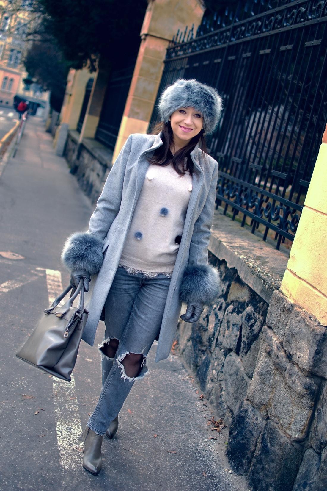 Kožušinové doplnky_Katharine-fashion is beautiful_blog 2_Sivý kabát_Roztrhané džínsy Zara_Katarína Jakubčová_Fashion blogger