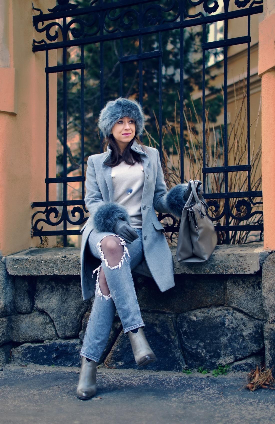 Kožušinové doplnky_Katharine-fashion is beautiful_blog 3_Sivý kabát_Roztrhané džínsy Zara_Katarína Jakubčová_Fashion blogger