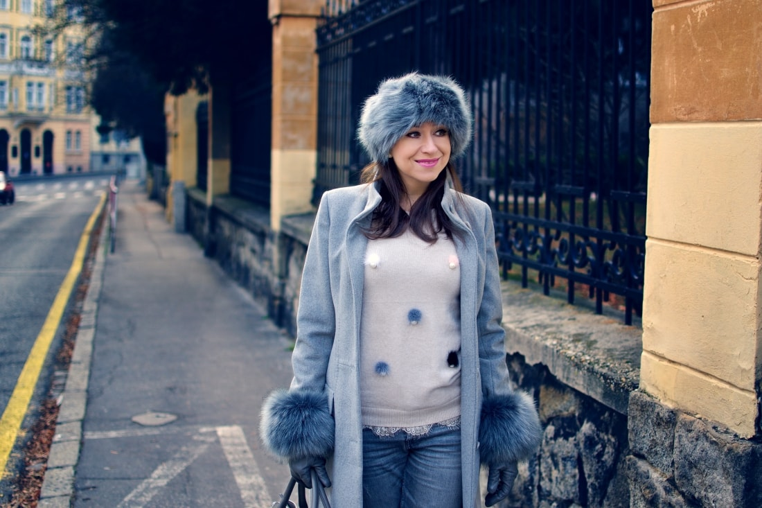 Kožušinové doplnky_Katharine-fashion is beautiful_blog 4_Sivý kabát_Roztrhané džínsy Zara_Katarína Jakubčová_Fashion blogger