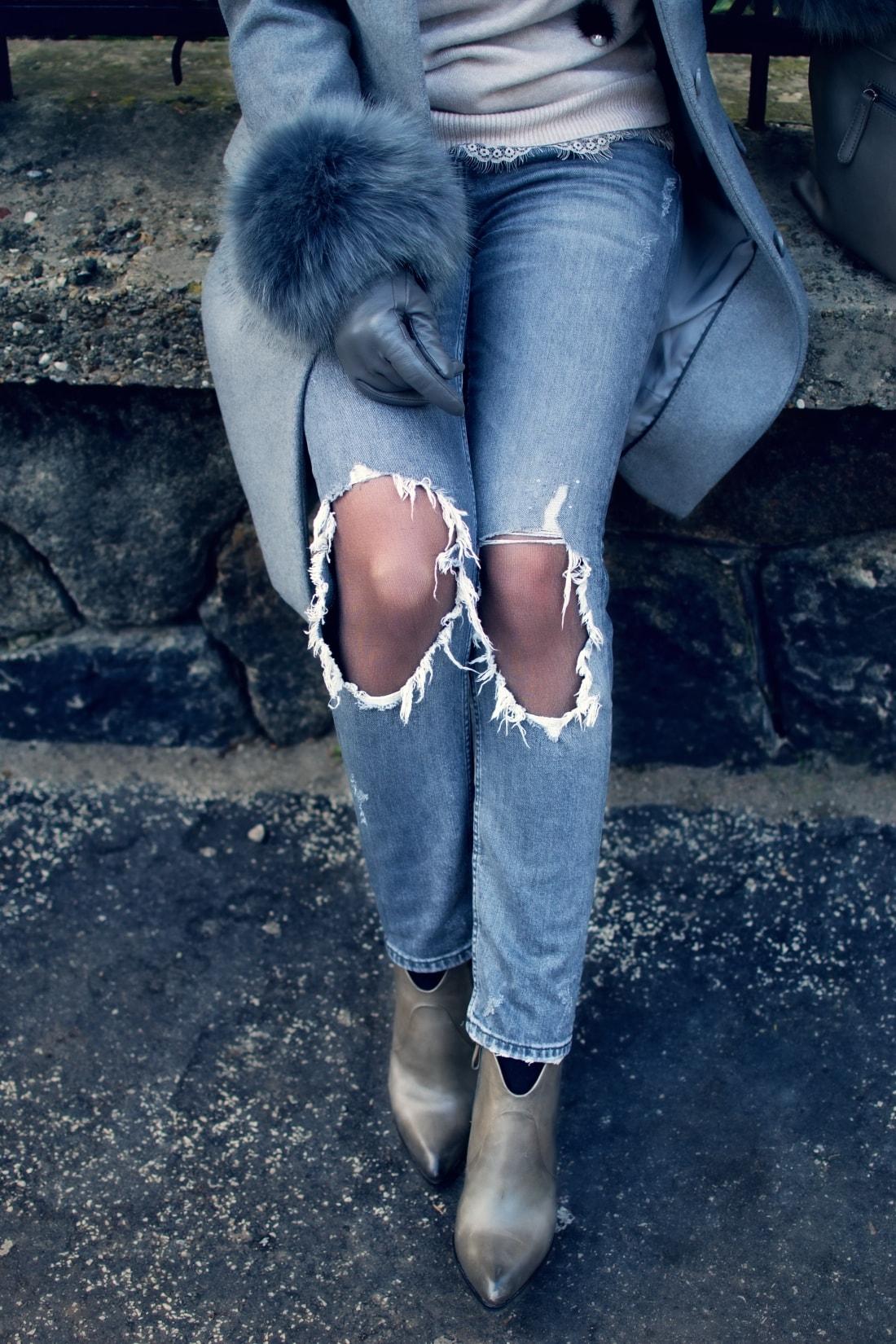 Kožušinové doplnky_Katharine-fashion is beautiful_blog 5_Sivý kabát_Roztrhané džínsy Zara_Katarína Jakubčová_Fashion blogger