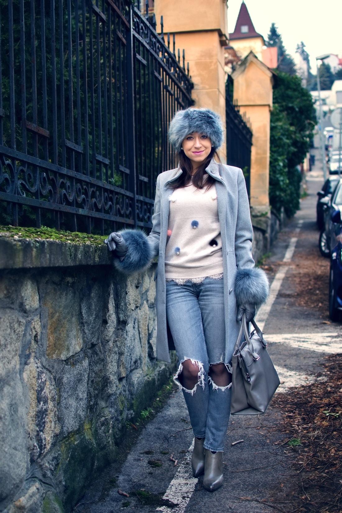 Kožušinové doplnky_Katharine-fashion is beautiful_blog 6_Sivý kabát_Roztrhané džínsy Zara_Katarína Jakubčová_Fashion blogger