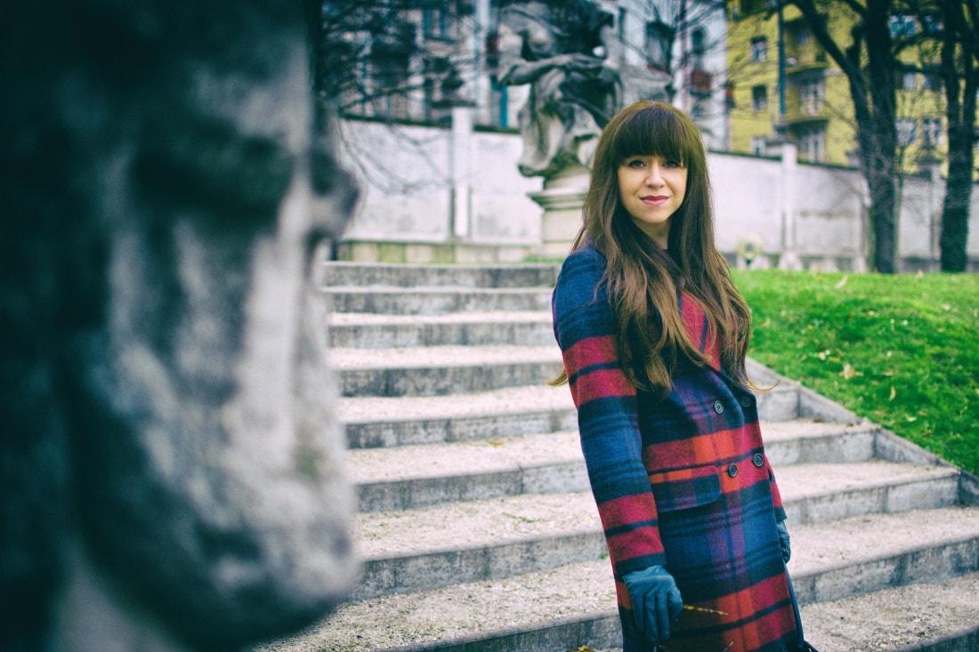Tvoj osobný upgrade_Katharine-fashion is beautiful_blog 1_vzorovaný kabát_elegancia_bordovomodrá_Katarína Jakubčová_Fashion blogger