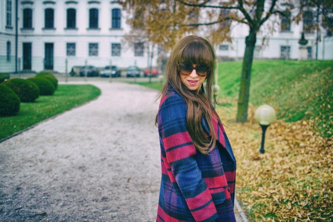 Tvoj osobný upgrade_Katharine-fashion is beautiful_blog 10_vzorovaný kabát_elegancia_bordovomodrá_Katarína Jakubčová_Fashion blogger