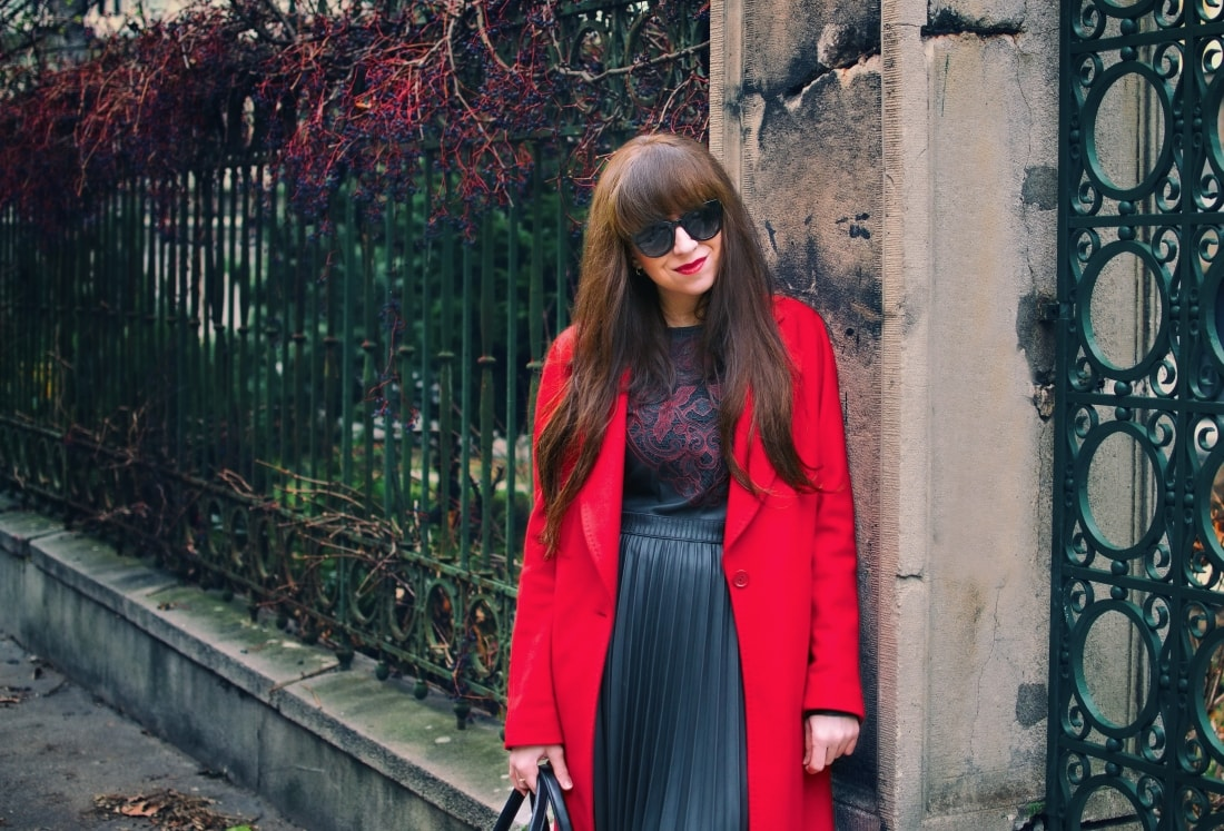 Čierne plisované šaty_Katharine-fashion is beautiful_blog 2_Červený kabát Zara_Kabelka Parfois_Katarína Jakubčová_Fashion blogger