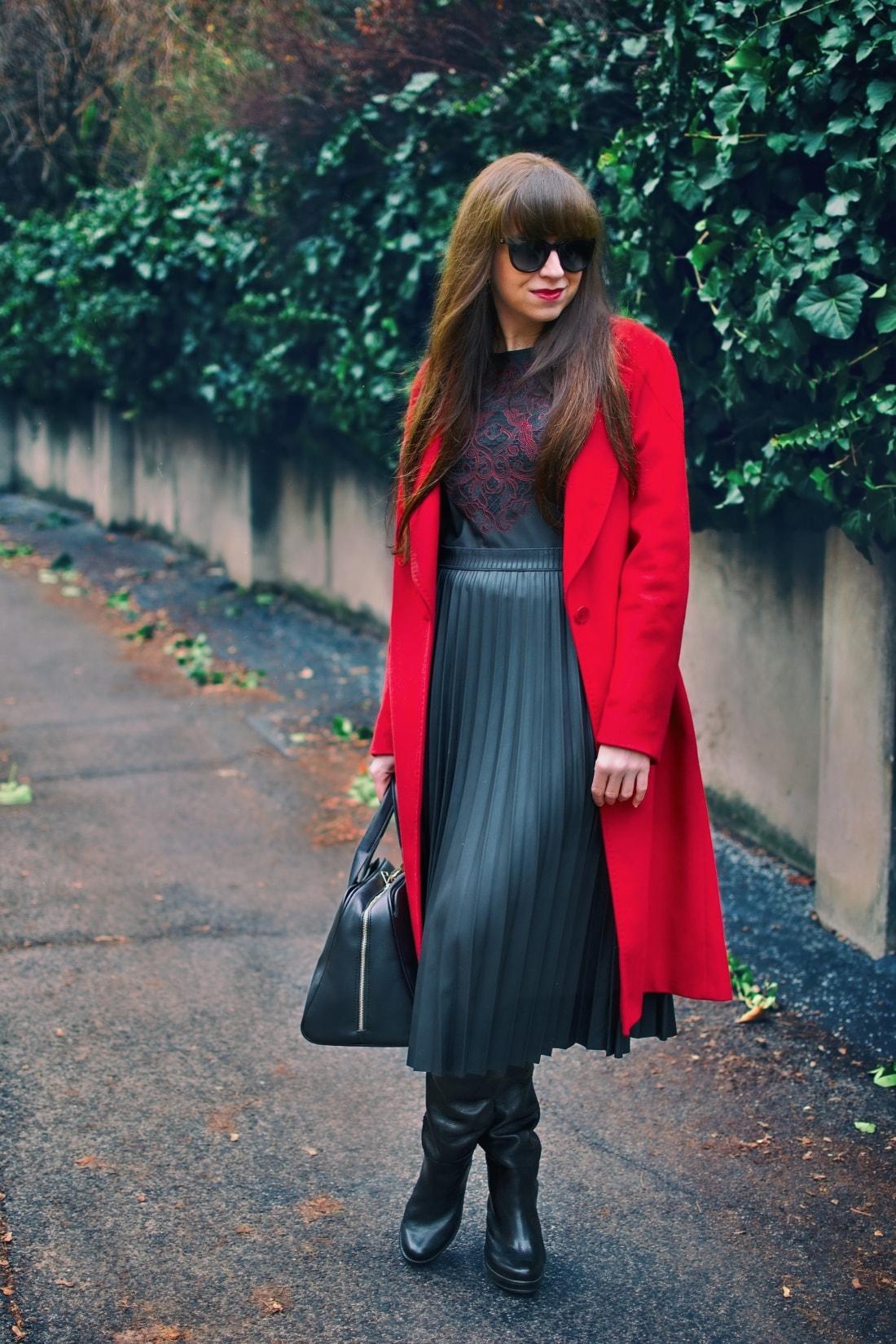 Čierne plisované šaty_Katharine-fashion is beautiful_blog 4_Červený kabát Zara_Kabelka Parfois_Katarína Jakubčová_Fashion blogger