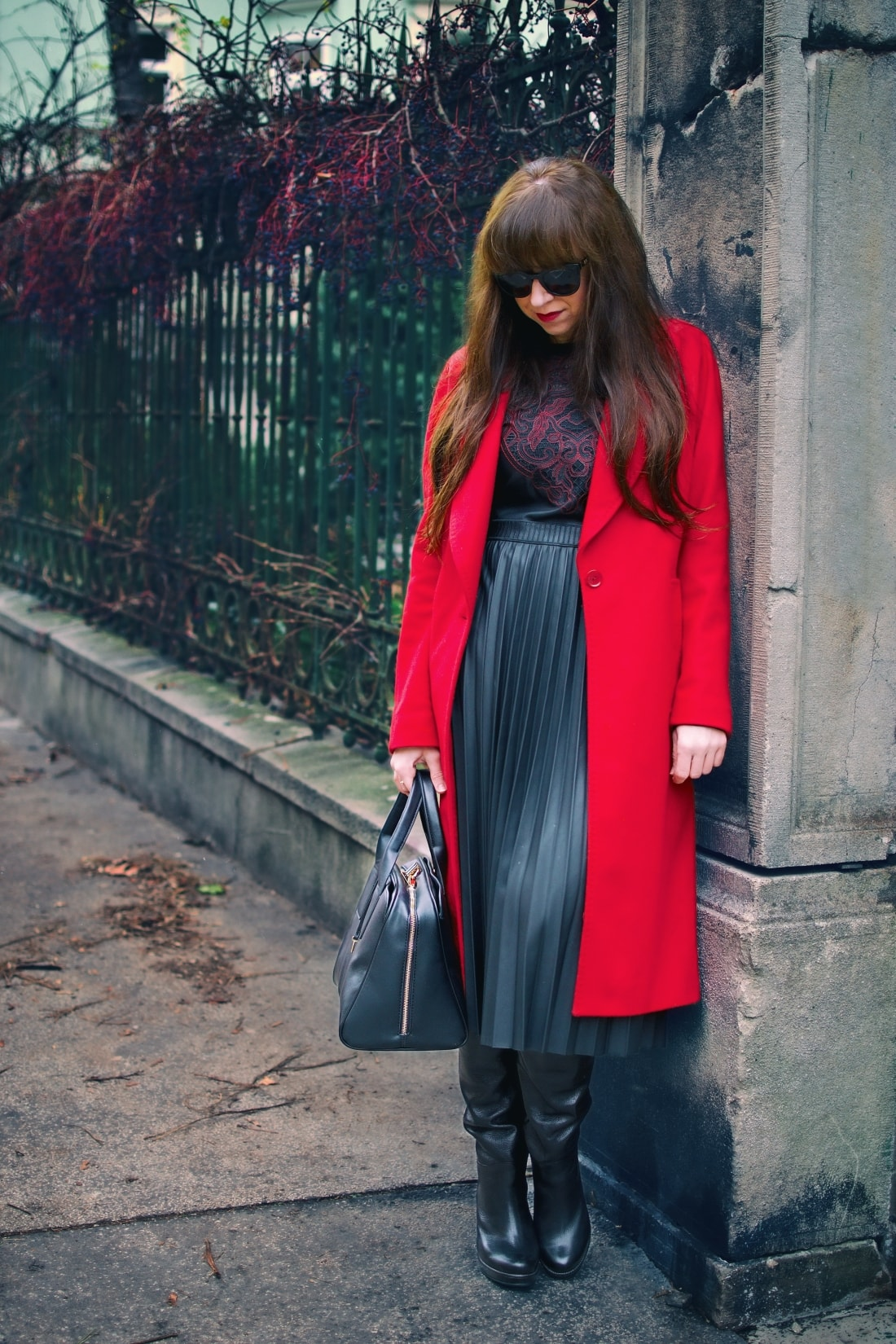 Čierne plisované šaty_Katharine-fashion is beautiful_blog 1_Červený kabát Zara_Kabelka Parfois_Katarína Jakubčová_Fashion blogger