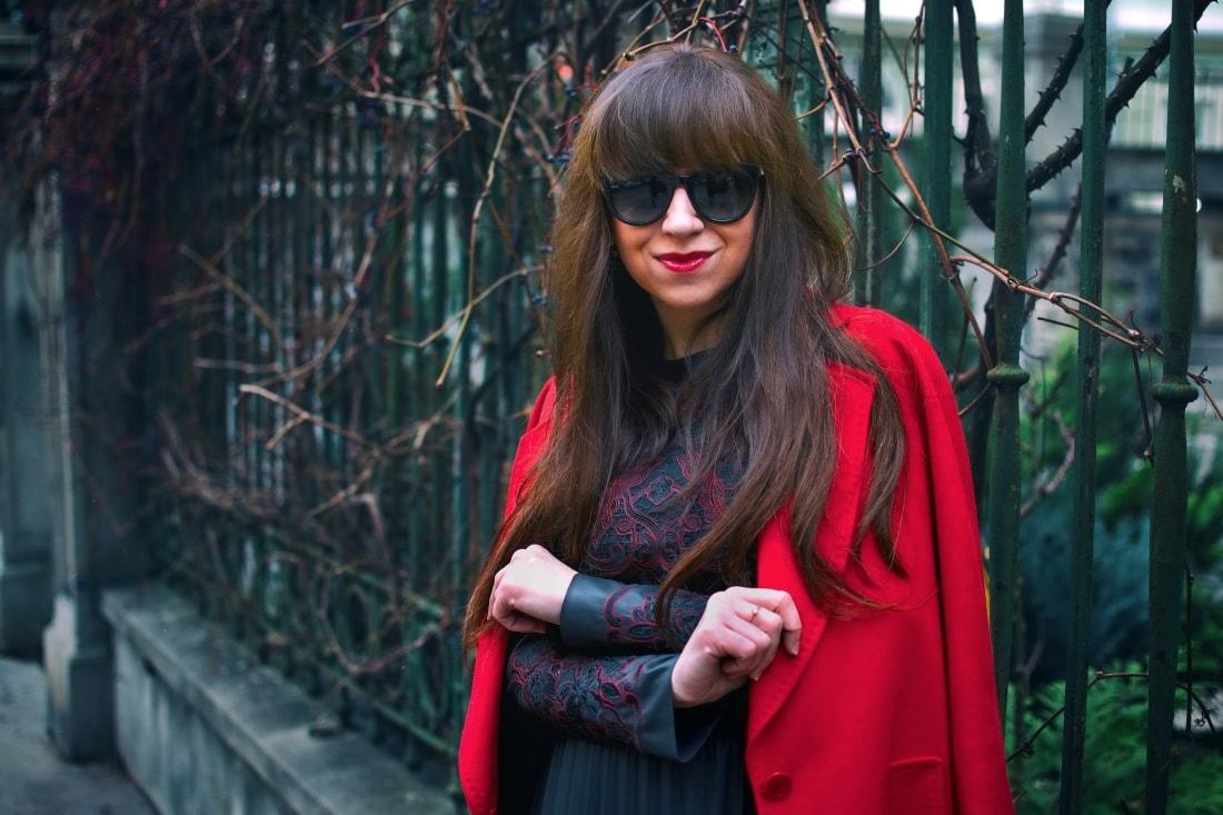 Čierne plisované šaty_Katharine-fashion is beautiful_blog 3_Červený kabát Zara_Kabelka Parfois_Katarína Jakubčová_Fashion blogger