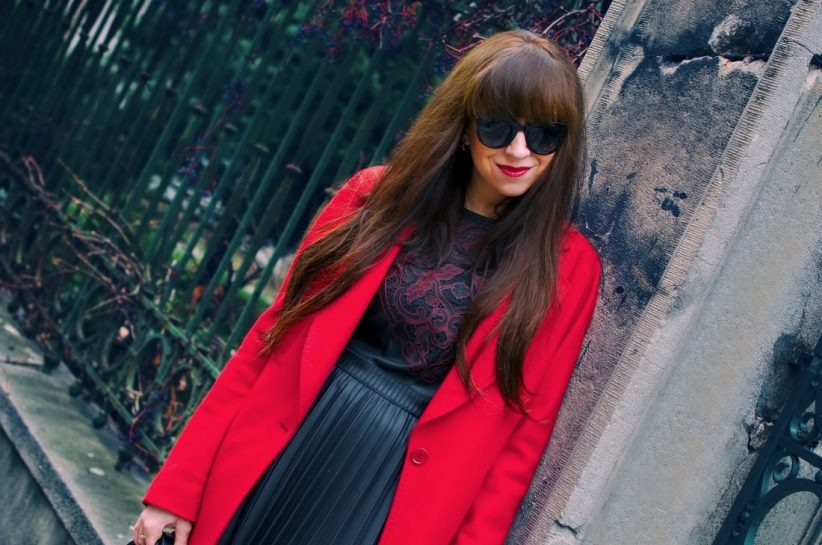 Čierne plisované šaty_Katharine-fashion is beautiful_blog 5_Červený kabát Zara_Kabelka Parfois_Katarína Jakubčová_Fashion blogger