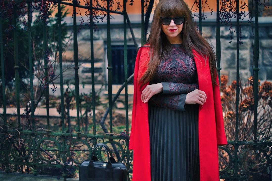 Čierne plisované šaty_Katharine-fashion is beautiful_blog 6_Červený kabát Zara_Kabelka Parfois_Katarína Jakubčová_Fashion blogger