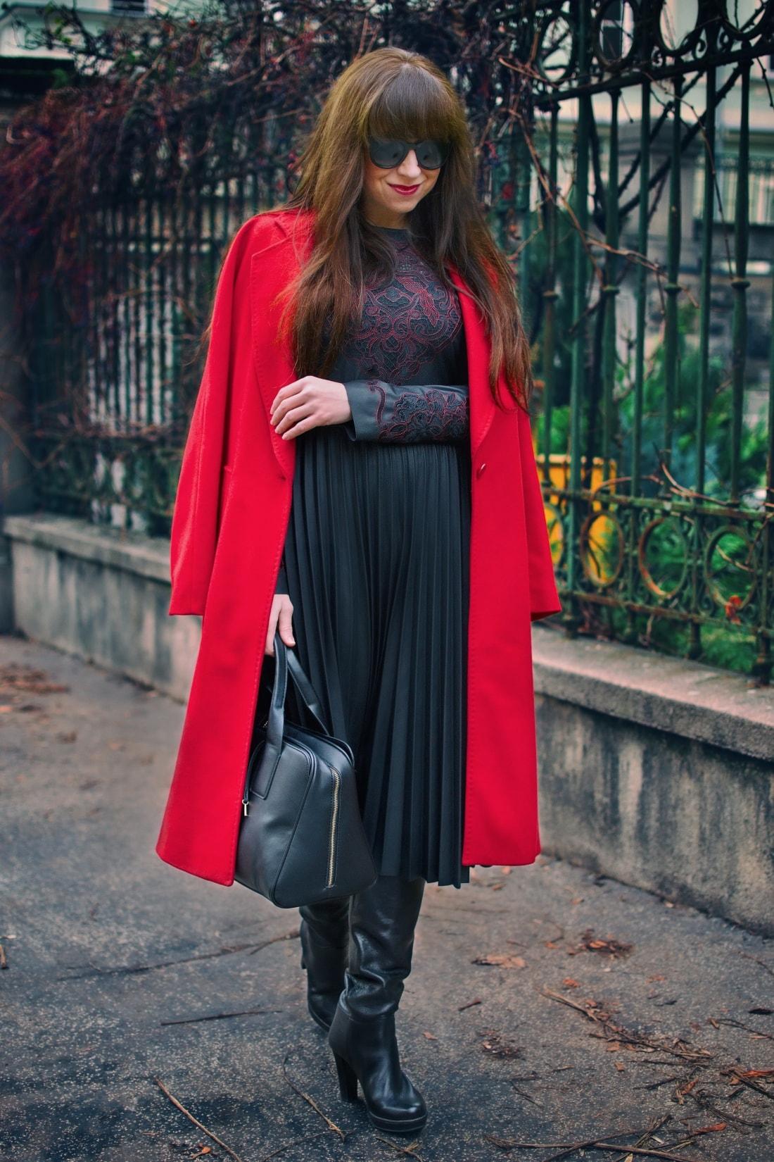 Čierne plisované šaty_Katharine-fashion is beautiful_blog 7_Červený kabát Zara_Kabelka Parfois_Katarína Jakubčová_Fashion blogger