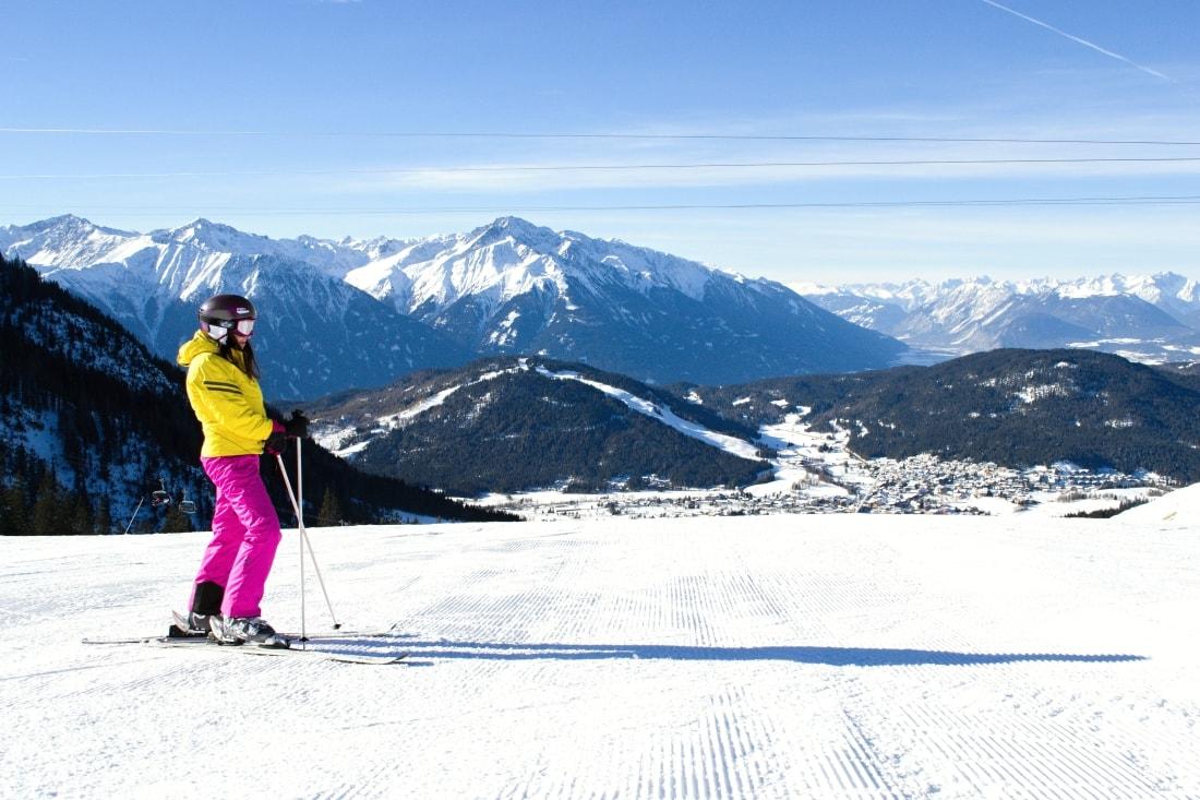 LYŽOVAČKA V TIROLSKOM SEEFELDE_Katharine-fashion is beautiful_Blog 12_Žltá lyžiarska bunda Loap_Katarína Jakubčová_Fashion blogger
