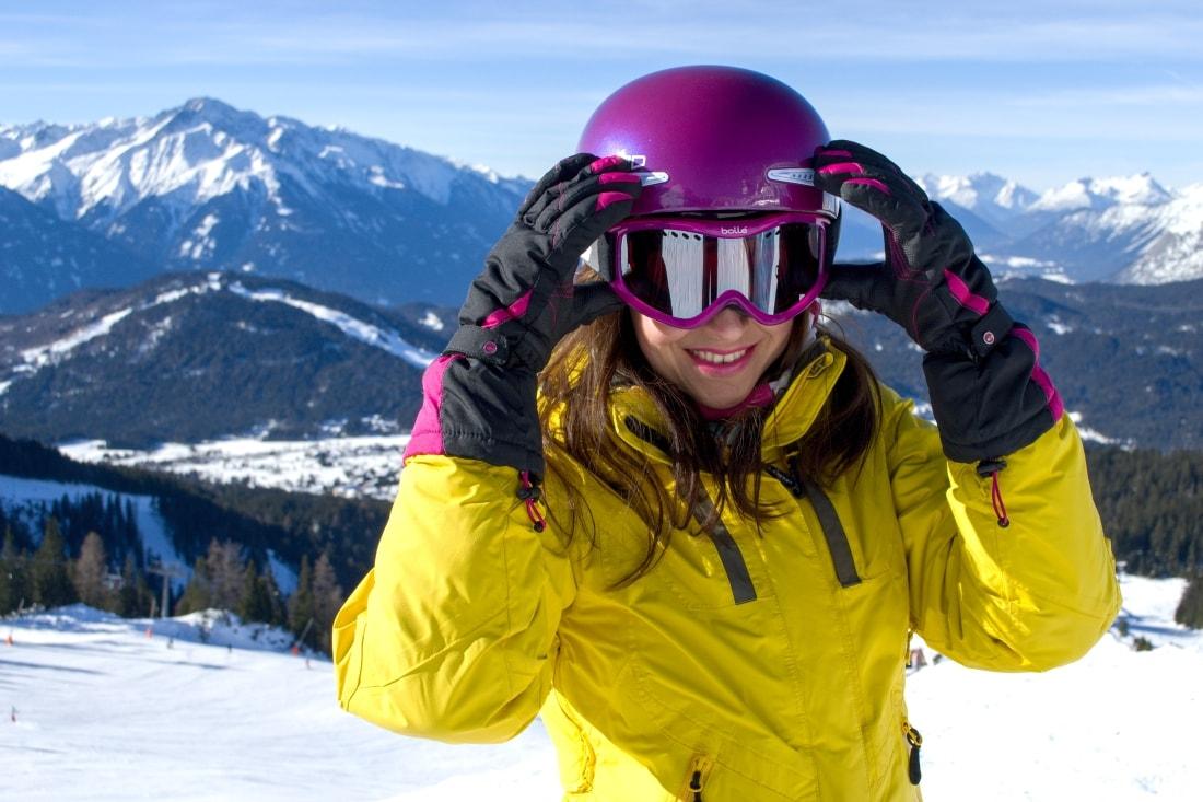 LYŽOVAČKA V TIROLSKOM SEEFELDE_Katharine-fashion is beautiful_Blog 13_Ružová lyžiarska prilba Bolle_Katarína Jakubčová_Fashion blogger