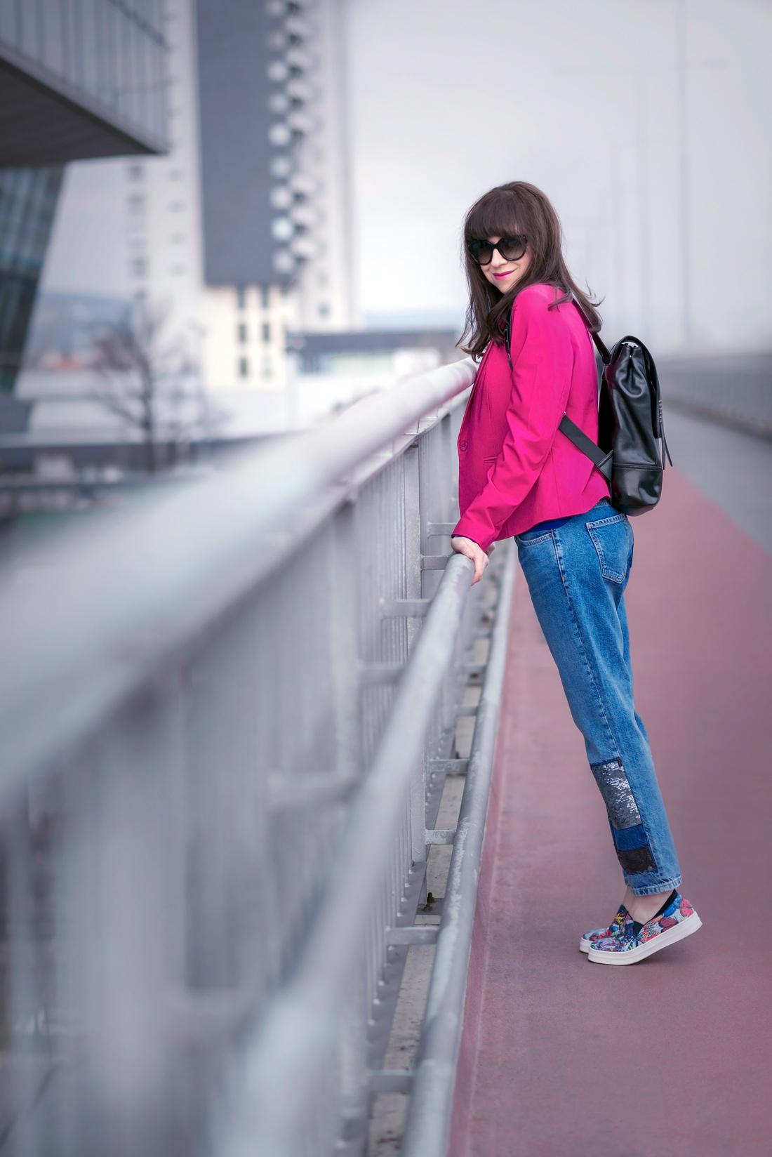 OUTFITOM KU ŠŤASTIU_Katharine-fashion is beautiful_Blog 1_Ružové sako_Flitrované džínsy Zara_Kožený vak Nucelle JEJ_Farebné slipony_Katarína Jakubčová_Fashion blooger