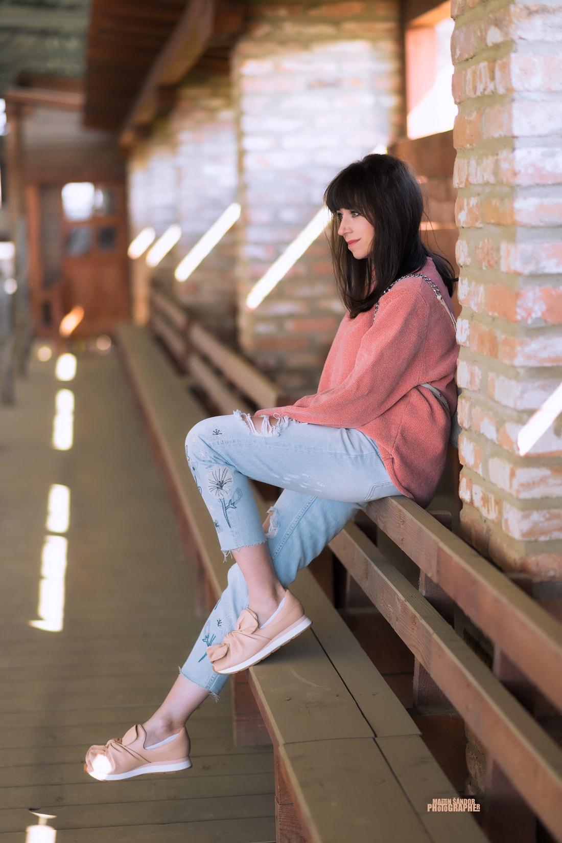 SPOMIENKA NA SVETER VĎAKA ZARE_Katharine-fashion is beautiful_Blog 5_Ženilkový sveter zo Zary_Vyšívané džínsy_Tenisky s mašľou_Katarína Jakubčová_Fashion blogger