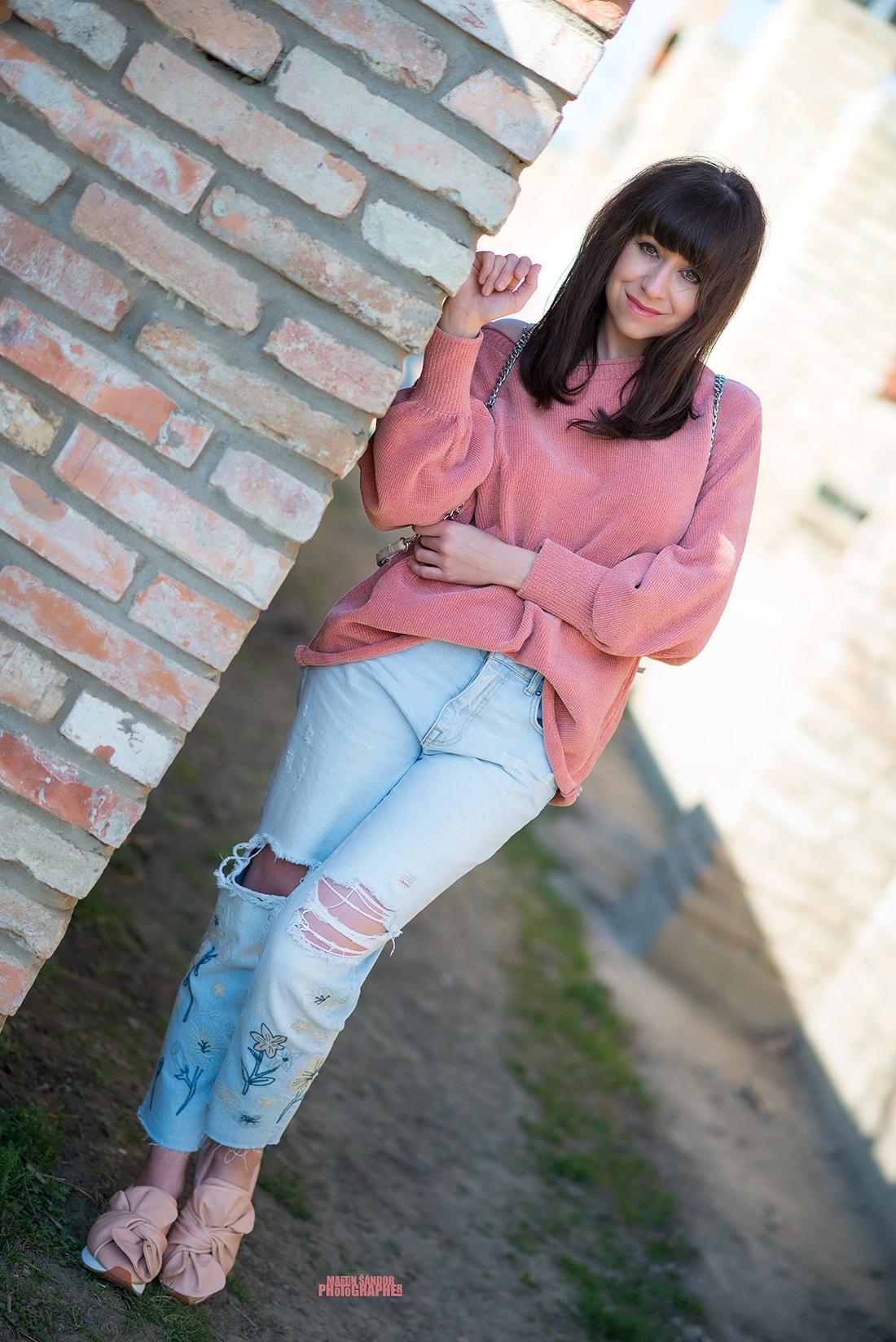 SPOMIENKA NA SVETER VĎAKA ZARE_Katharine-fashion is beautiful_Blog 9_Ženilkový sveter zo Zary_Vyšívané džínsy_Tenisky s mašľou_Katarína Jakubčová_Fashion blogger