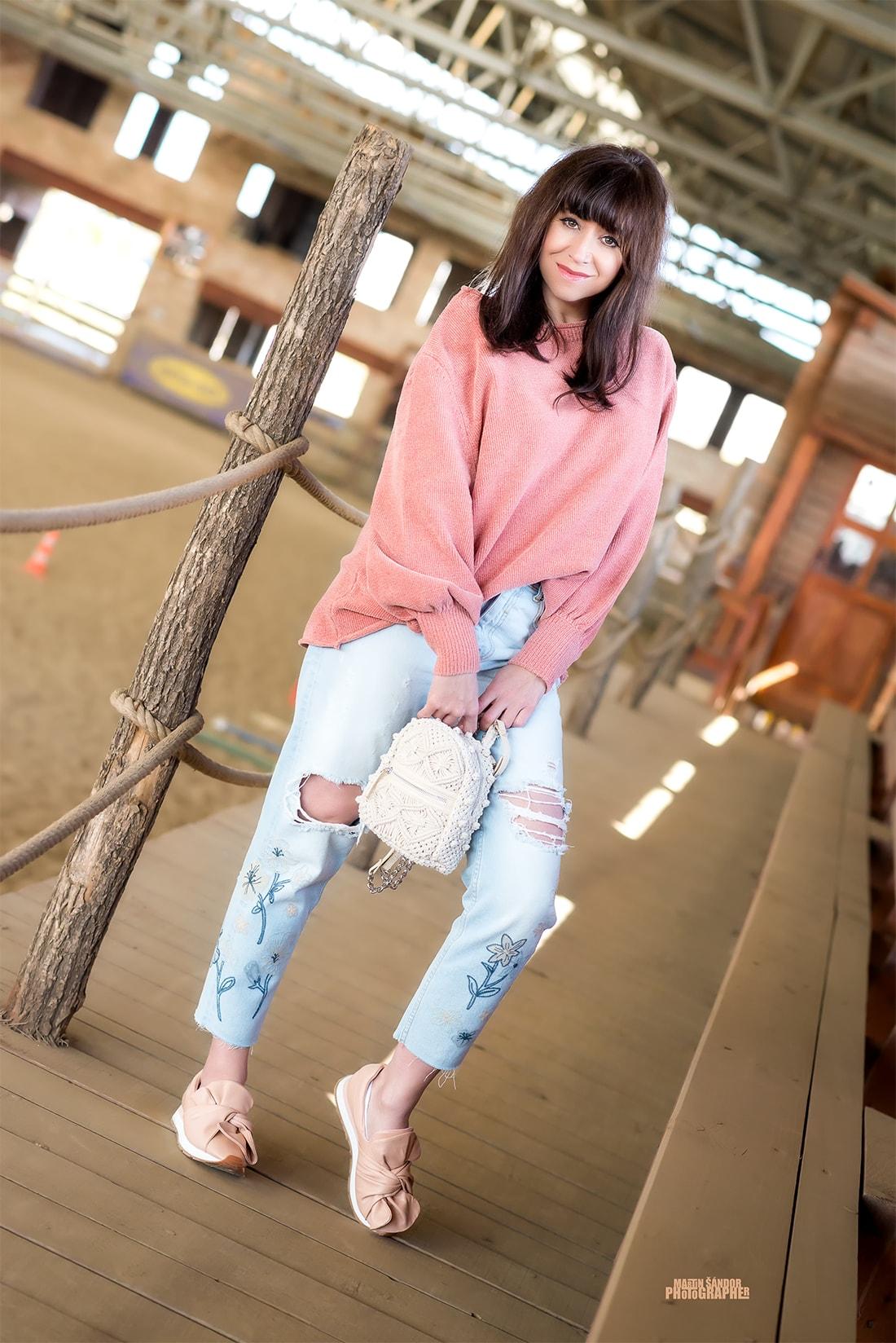 SPOMIENKA NA SVETER VĎAKA ZARE_Katharine-fashion is beautiful_Blog 7_Ženilkový sveter zo Zary_Vyšívané džínsy_Tenisky s mašľou_Katarína Jakubčová_Fashion blogger