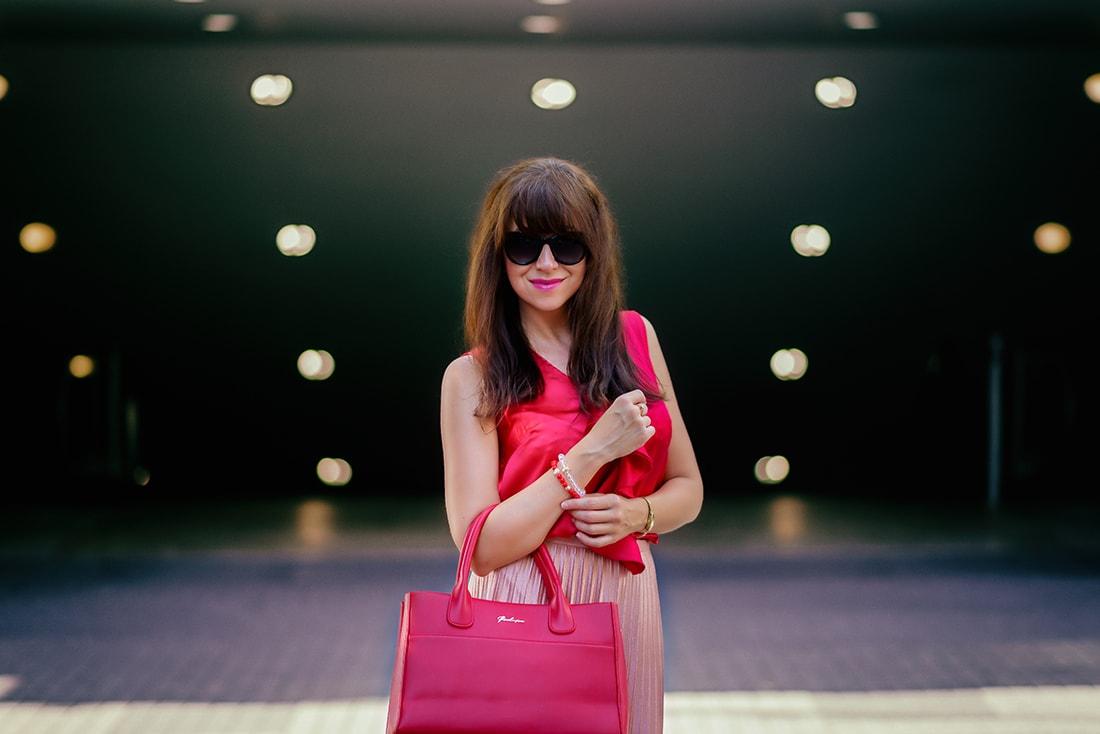 Môj bežný voľný deň v plisovanej sukni a s vankúšmi od EVENIT_Katharine-fashion is beautiful_blog_Saténový top_Plisovaná sukňa Zara_Náramok Deltimo_MisterOptic_Katarína Jakubčová_Fashion blogger