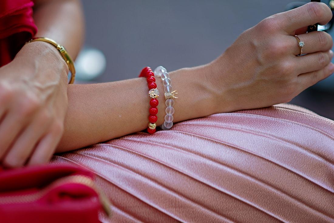 Môj bežný voľný deň v plisovanej sukni a s vankúšmi od EVENIT_Katharine-fashion is beautiful_blog_Saténový top_Plisovaná sukňa Zara_Náramok Deltimo_Katarína Jakubčová_Fashion blogger
