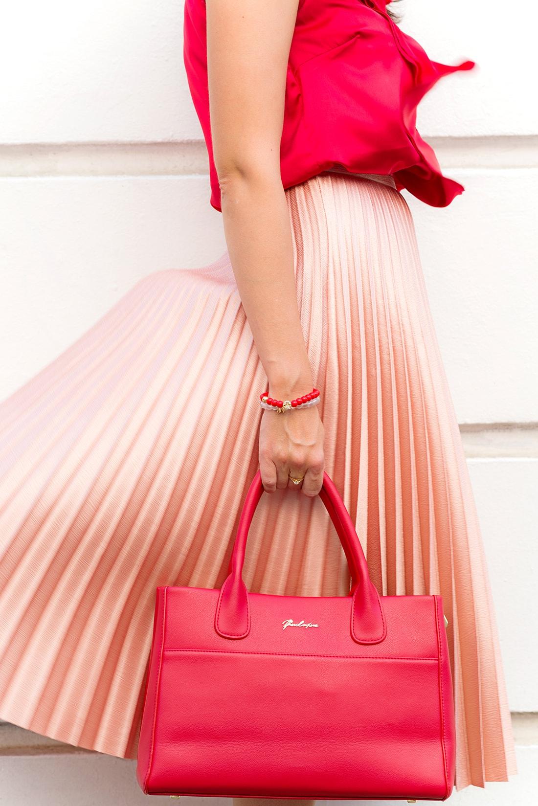 Môj bežný voľný deň v plisovanej sukni a s vankúšmi od EVENIT_Katharine-fashion is beautiful_blog_Saténový top_Plisovaná sukňa Zara_Náramok Deltimo_Kabelka JEJ_Katarína Jakubčová_Fashion blogger