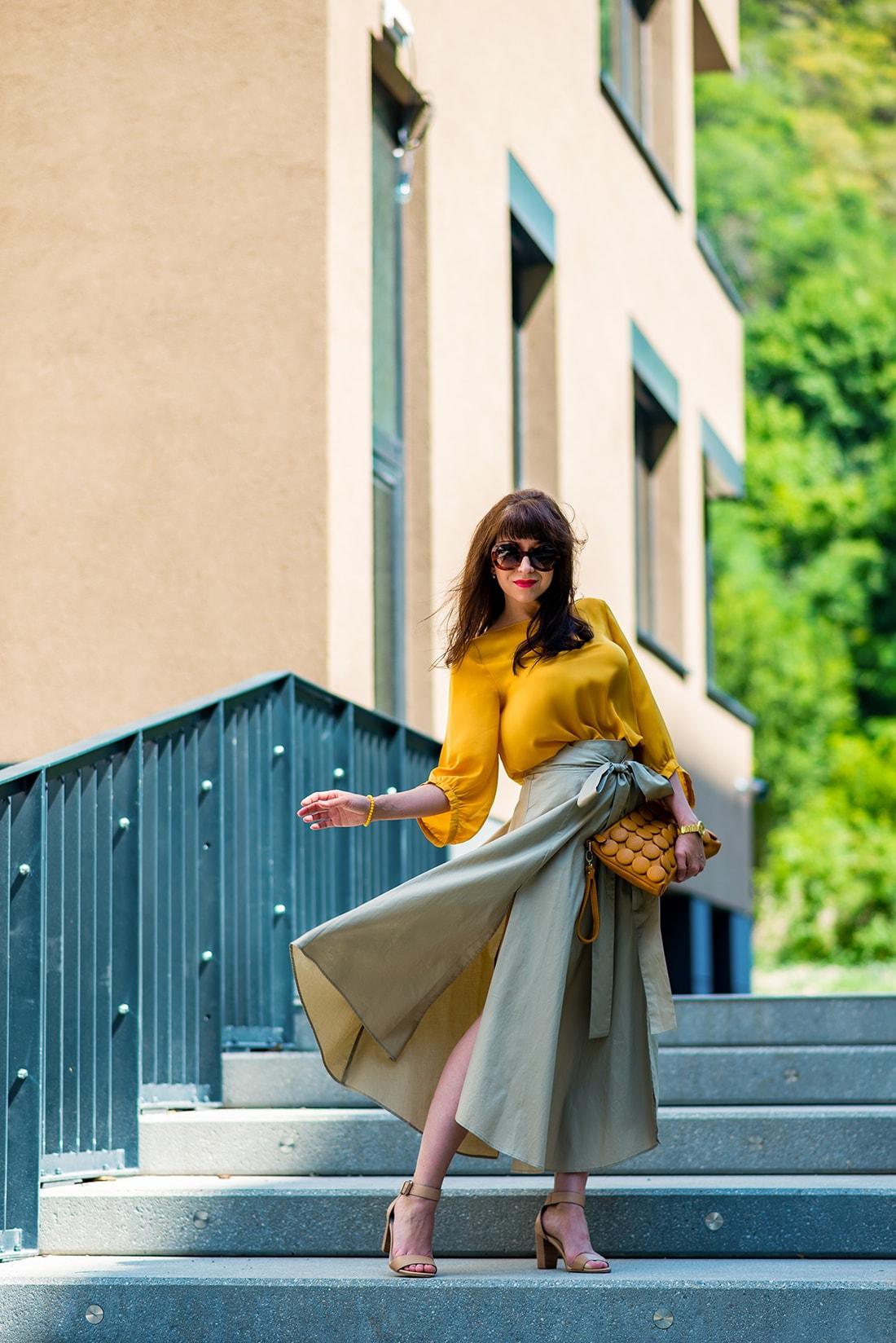 1 zo spôsobov nosenia maxi popelínovej sukne_Katharine-fashion is beautiful_blog1_Maxi sukňa_Žltá blúzka_Bratislava_Katarína Jakubčová_Fashion blogger