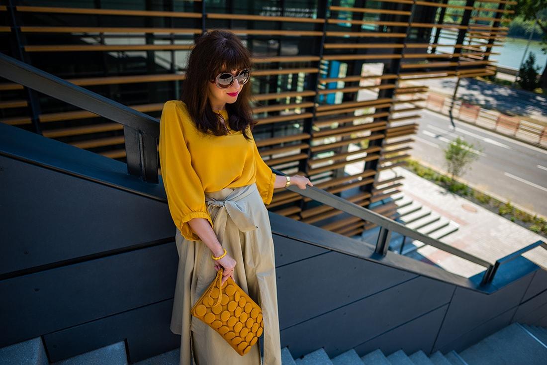 1 zo spôsobov nosenia maxi popelínovej sukne_Katharine-fashion is beautiful_blog14_Maxi sukňa_Žltá blúzka_Bratislava_Katarína Jakubčová_Fashion blogger