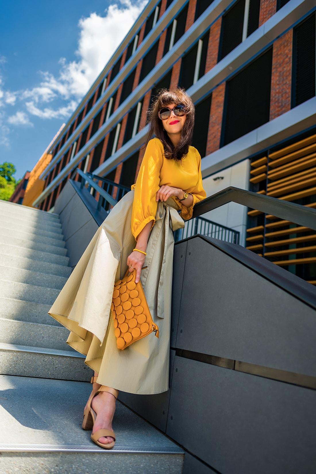 1 zo spôsobov nosenia maxi popelínovej sukne_Katharine-fashion is beautiful_blog15_Maxi sukňa_Žltá blúzka_Bratislava_Katarína Jakubčová_Fashion blogger