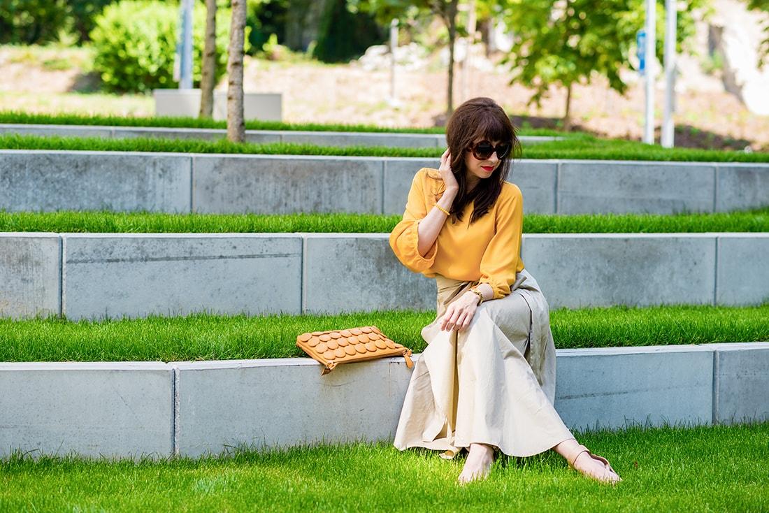 1 zo spôsobov nosenia maxi popelínovej sukne_Katharine-fashion is beautiful_blog3_Maxi sukňa_Žltá blúzka_Bratislava_Katarína Jakubčová_Fashion blogger