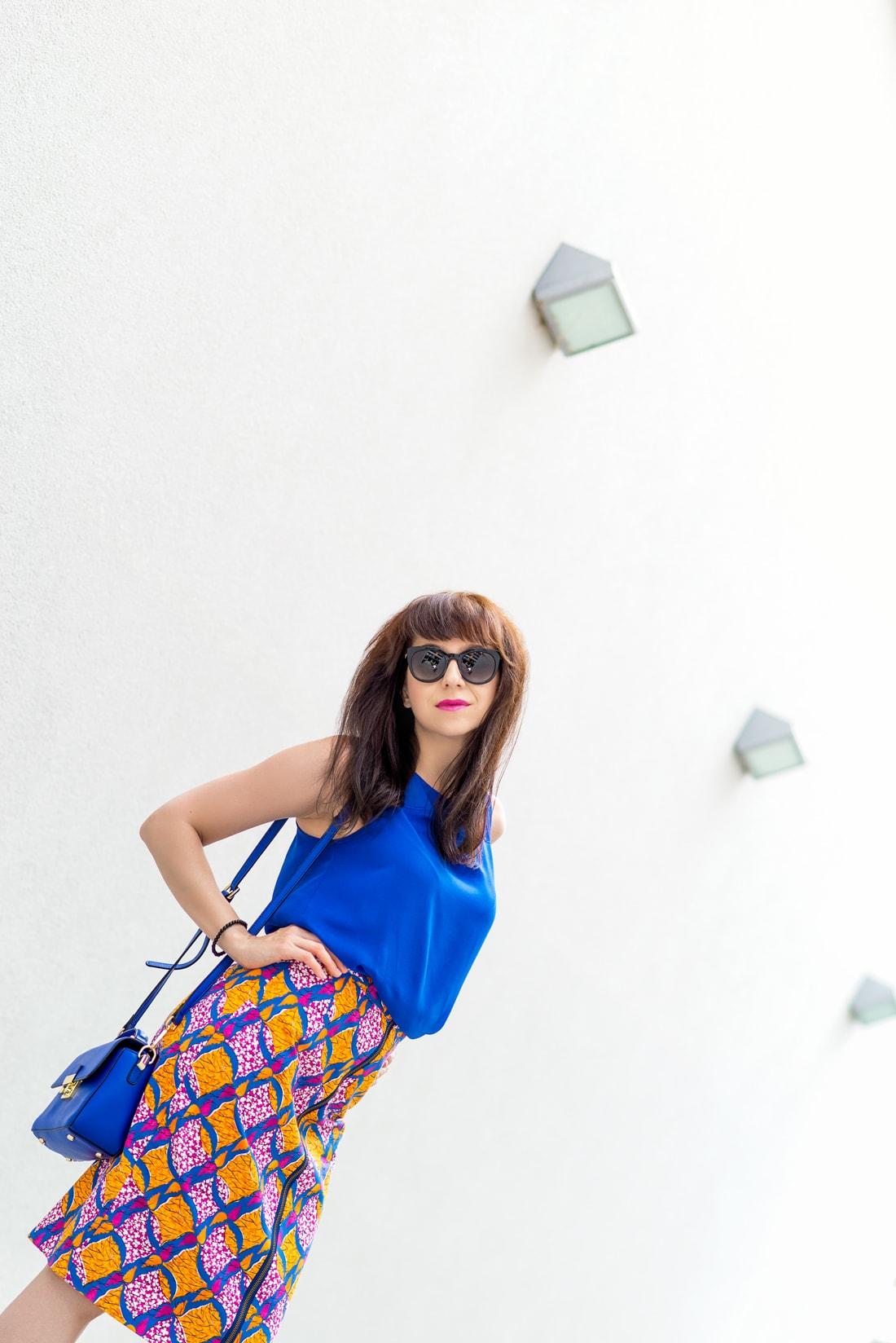 V KTOREJ SUKNI ZAŽIARITE, KEĎ LETO EŠTE NEKONČÍ_Katharine-fashion is beautiful_blog 4_vzorovaná sukňa na leto_Kožená kabelka JEJ_Slnečné okuliare MisterOptic_Katarína Jakubčová_Fashion blogger