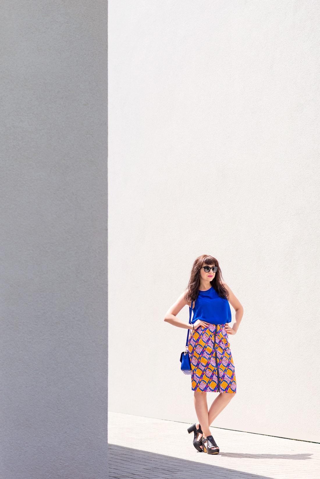 V KTOREJ SUKNI ZAŽIARITE, KEĎ LETO EŠTE NEKONČÍ_Katharine-fashion is beautiful_blog 1_vzorovaná sukňa na leto_Kožená kabelka JEJ_Slnečné okuliare MisterOptic_Katarína Jakubčová_Fashion blogger