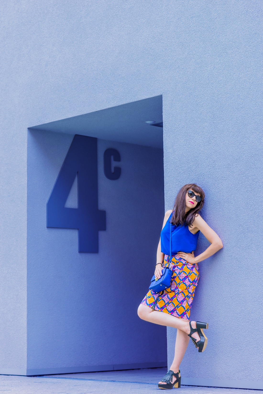 V KTOREJ SUKNI ZAŽIARITE, KEĎ LETO EŠTE NEKONČÍ_Katharine-fashion is beautiful_blog 8_vzorovaná sukňa na leto_Kožená kabelka JEJ_Slnečné okuliare MisterOptic_Katarína Jakubčová_Fashion blogger