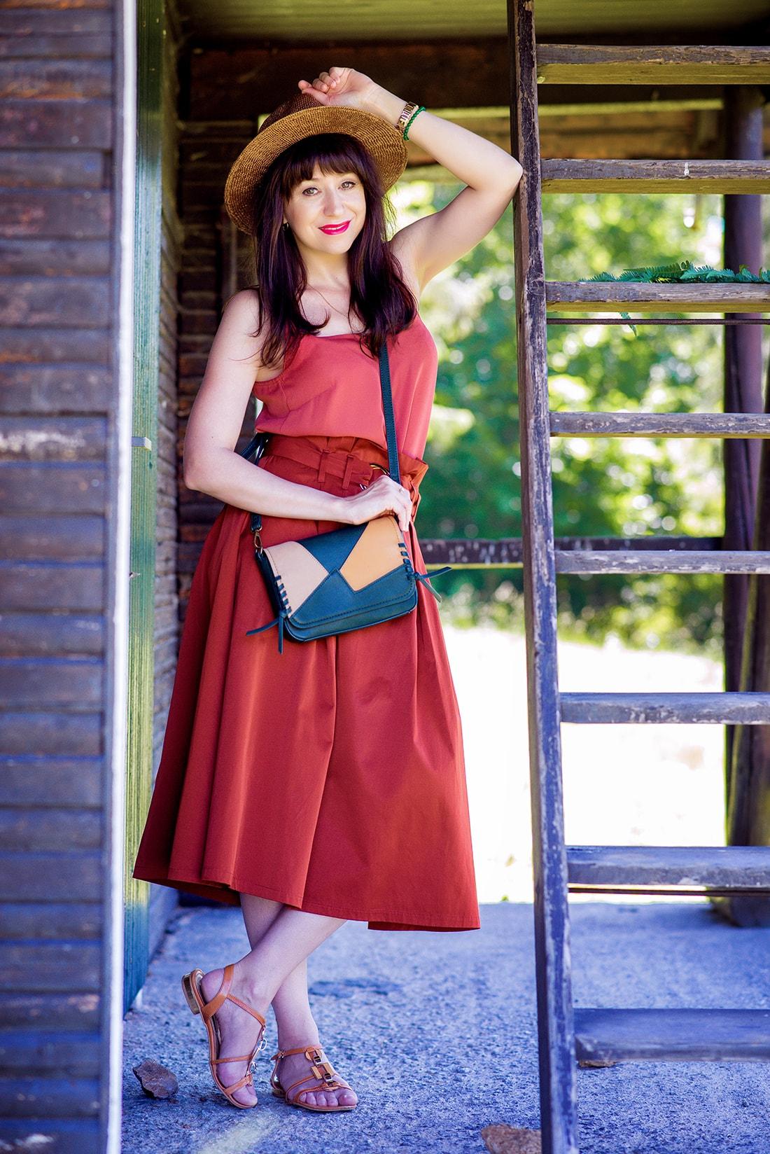 KEĎ KLOBÚK LADÍ S KABELKOU_Katharine-fashion is beautiful_blog 13_Slamený klobúk Parfois_Áčková sukňa Zara_Kabelka Parfois_Katarína Jakubčová_Fashion blogger