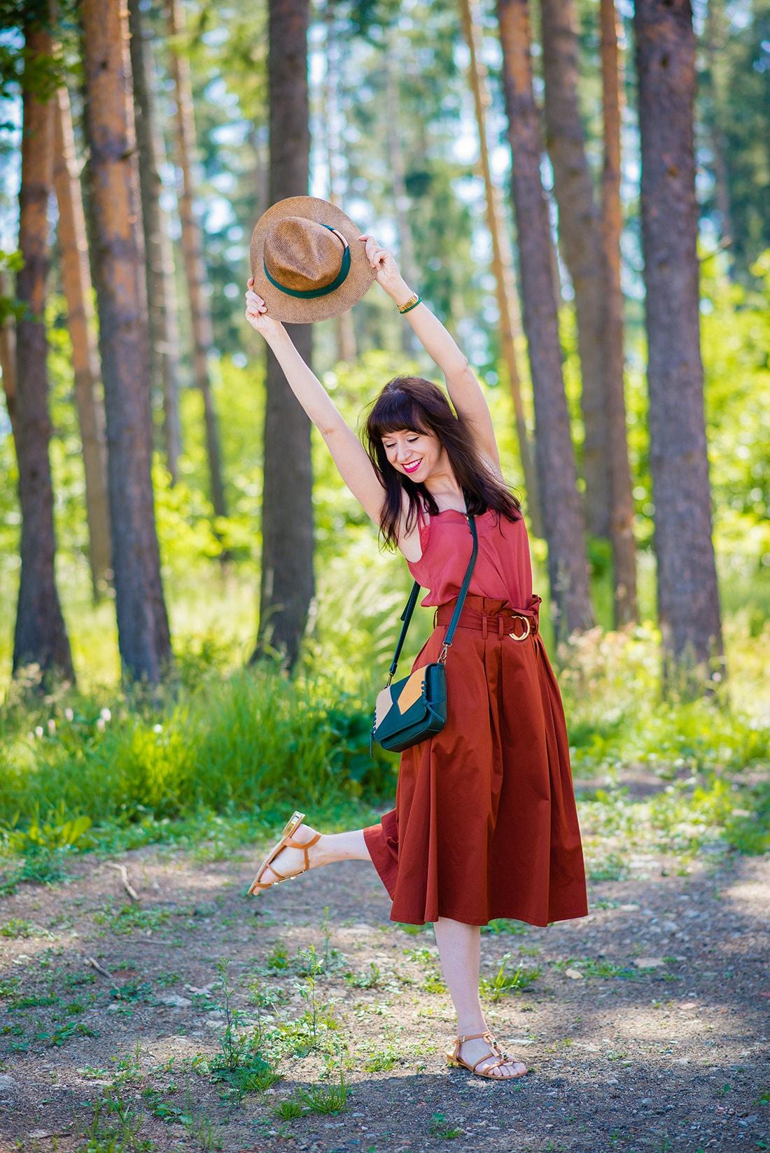KEĎ KLOBÚK LADÍ S KABELKOU_Katharine-fashion is beautiful_blog 6_Slamený klobúk Parfois_Áčková sukňa Zara_Kabelka Parfois_Katarína Jakubčová_Fashion blogger