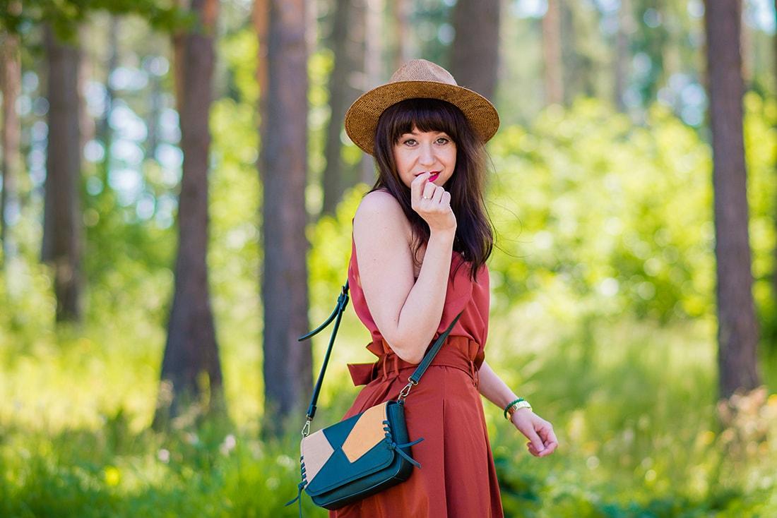 KEĎ KLOBÚK LADÍ S KABELKOU_Katharine-fashion is beautiful_blog 4_Slamený klobúk Parfois_Áčková sukňa Zara_Kabelka Parfois_Katarína Jakubčová_Fashion blogger