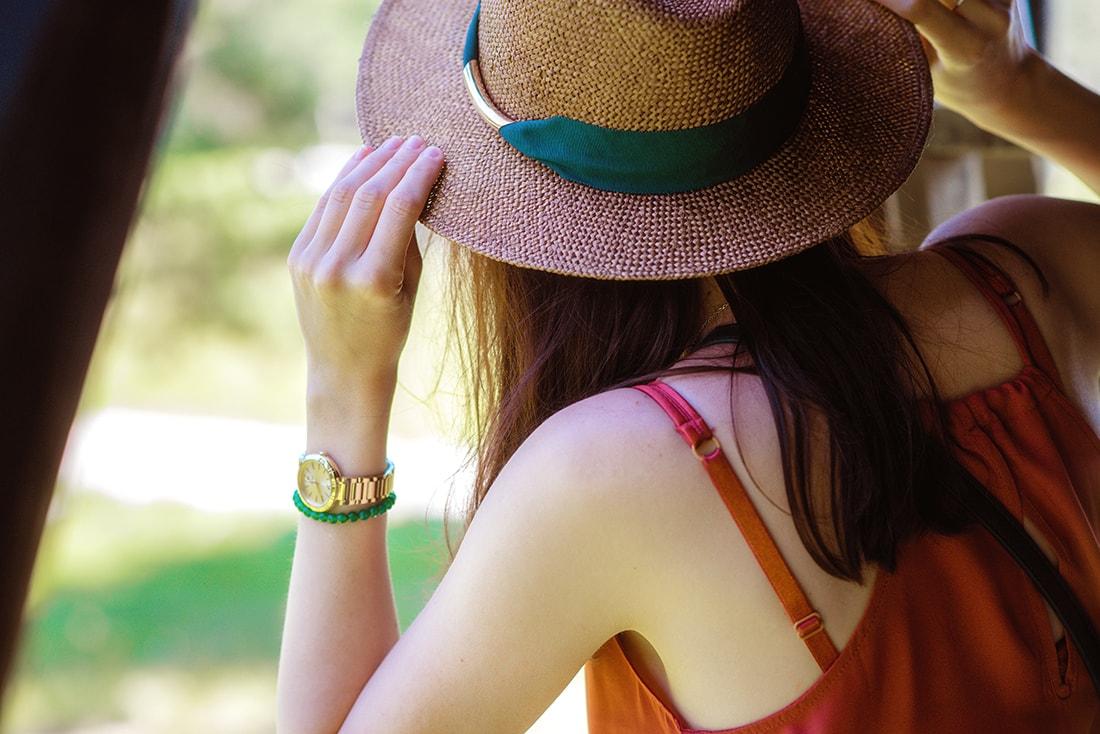 KEĎ KLOBÚK LADÍ S KABELKOU_Katharine-fashion is beautiful_blog 8_Slamený klobúk Parfois_Áčková sukňa Zara_Kabelka Parfois_Katarína Jakubčová_Fashion blogger