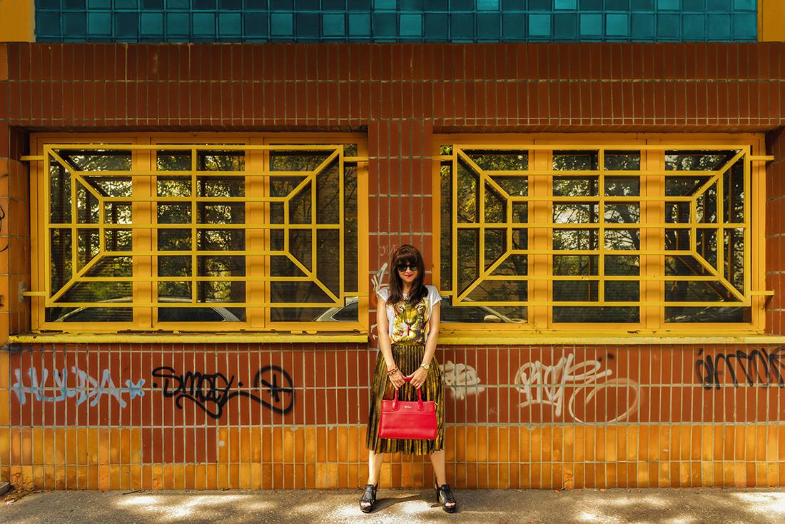 RADOSŤ AJ VĎAKA NÁRAMKOM OD DELTIMO_Katharine-fashion is beautiful_blog 11_Zlatá plisovaná sukňa Zara_Červená kabelka JEJ_Zvierací motív_Katarína Jakubčová_Fashion blogger