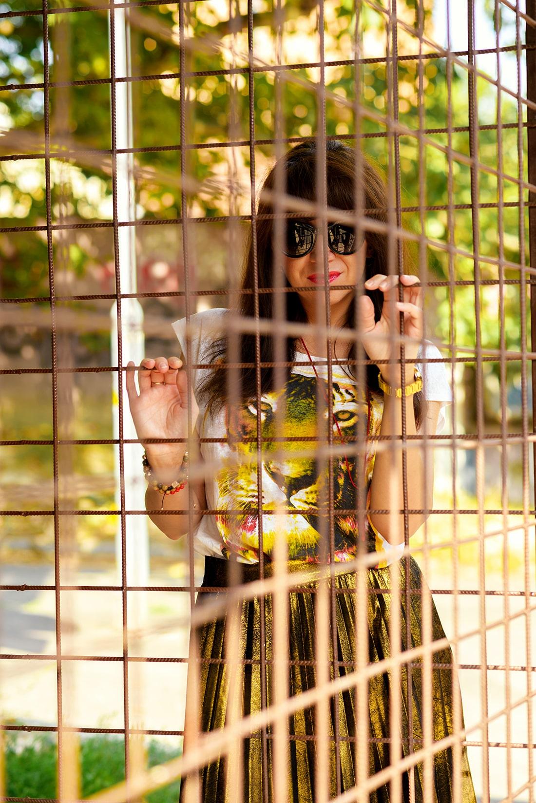 RADOSŤ AJ VĎAKA NÁRAMKOM OD DELTIMO_Katharine-fashion is beautiful_blog 3_Zlatá plisovaná sukňa Zara_Červená kabelka JEJ_Zvierací motív_Katarína Jakubčová_Fashion blogger