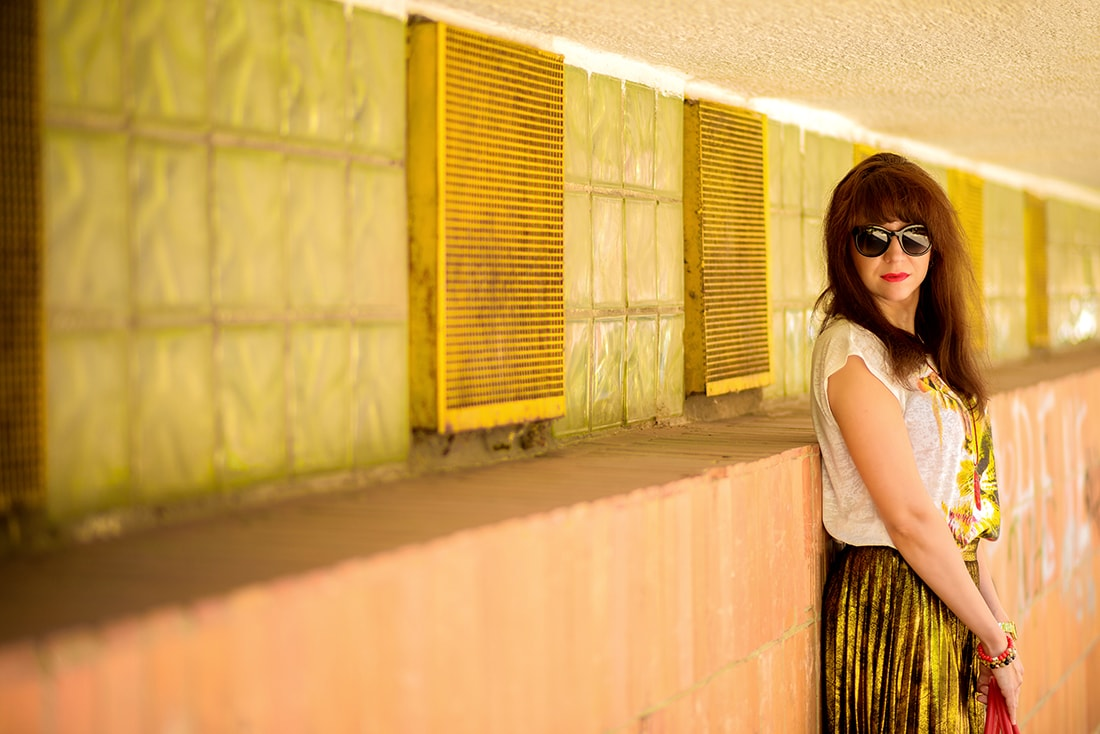 RADOSŤ AJ VĎAKA NÁRAMKOM OD DELTIMO_Katharine-fashion is beautiful_blog 1_Zlatá plisovaná sukňa Zara_Červená kabelka JEJ_Zvierací motív_Katarína Jakubčová_Fashion blogger