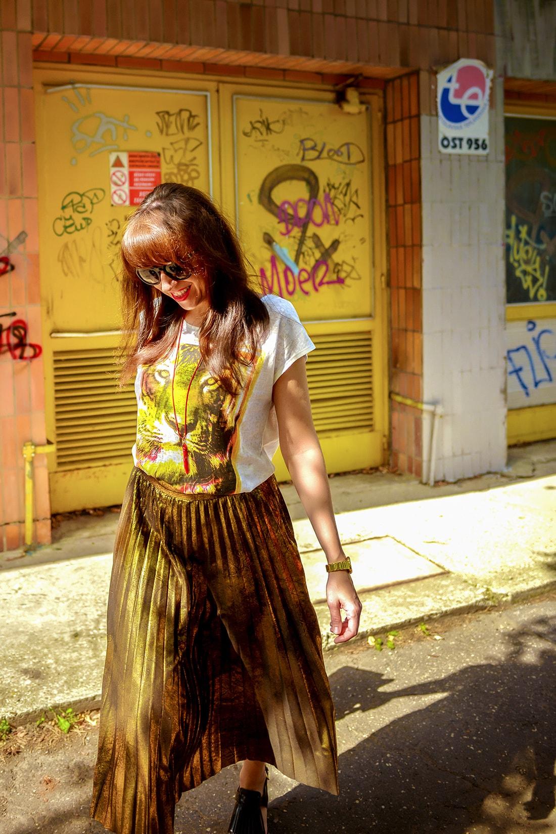 RADOSŤ AJ VĎAKA NÁRAMKOM OD DELTIMO_Katharine-fashion is beautiful_blog 12_Zlatá plisovaná sukňa Zara_Červená kabelka JEJ_Zvierací motív_Katarína Jakubčová_Fashion blogger