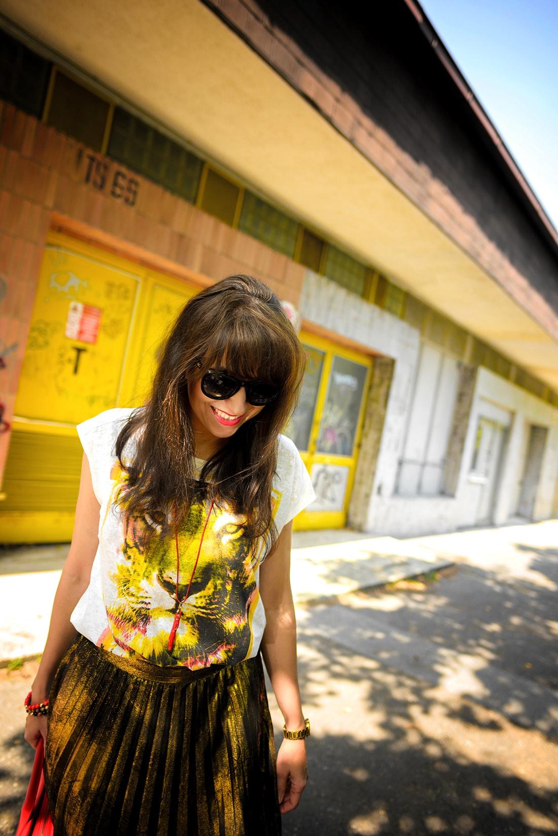 RADOSŤ AJ VĎAKA NÁRAMKOM OD DELTIMO_Katharine-fashion is beautiful_blog 13_Zlatá plisovaná sukňa Zara_Červená kabelka JEJ_Zvierací motív_Katarína Jakubčová_Fashion blogger