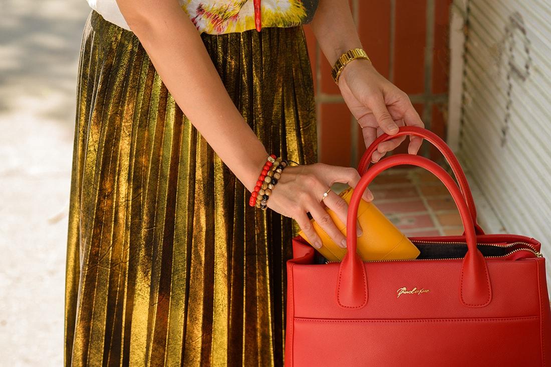 RADOSŤ AJ VĎAKA NÁRAMKOM OD DELTIMO_Katharine-fashion is beautiful_blog 5_Zlatá plisovaná sukňa Zara_Červená kabelka JEJ_Zvierací motív_Katarína Jakubčová_Fashion blogger