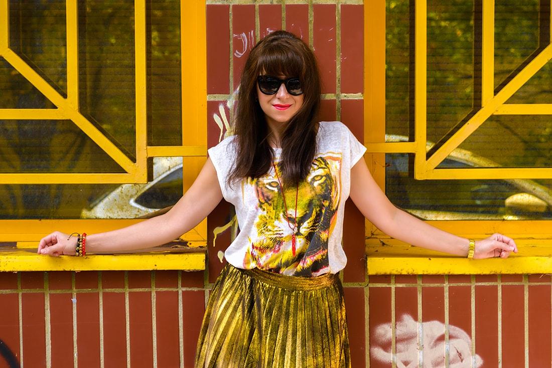 RADOSŤ AJ VĎAKA NÁRAMKOM OD DELTIMO_Katharine-fashion is beautiful_blog 6_Zlatá plisovaná sukňa Zara_Červená kabelka JEJ_Zvierací motív_Katarína Jakubčová_Fashion blogger