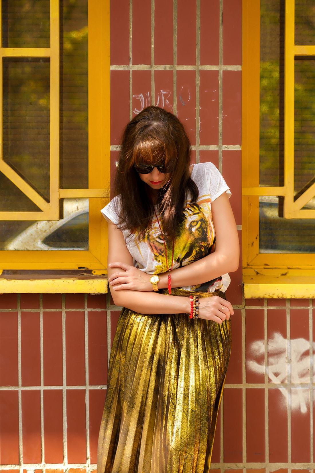 RADOSŤ AJ VĎAKA NÁRAMKOM OD DELTIMO_Katharine-fashion is beautiful_blog 7_Zlatá plisovaná sukňa Zara_Červená kabelka JEJ_Zvierací motív_Katarína Jakubčová_Fashion blogger