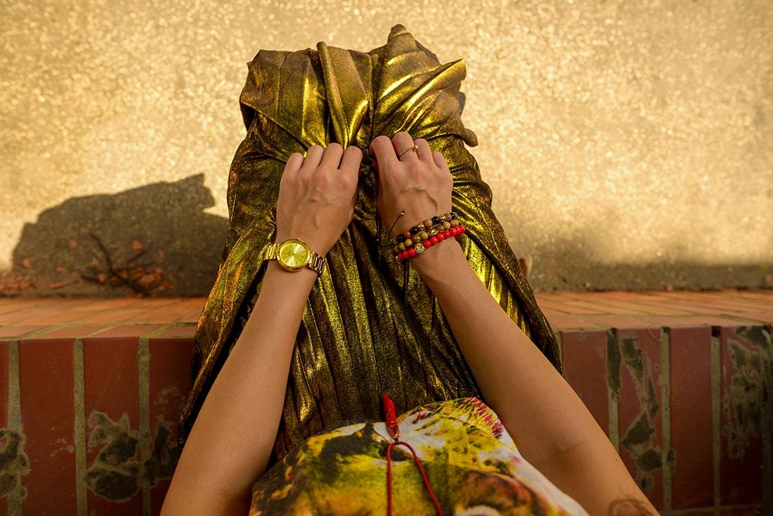 RADOSŤ AJ VĎAKA NÁRAMKOM OD DELTIMO_Katharine-fashion is beautiful_blog 10_Zlatá plisovaná sukňa Zara_Červená kabelka JEJ_Zvierací motív_Katarína Jakubčová_Fashion blogger