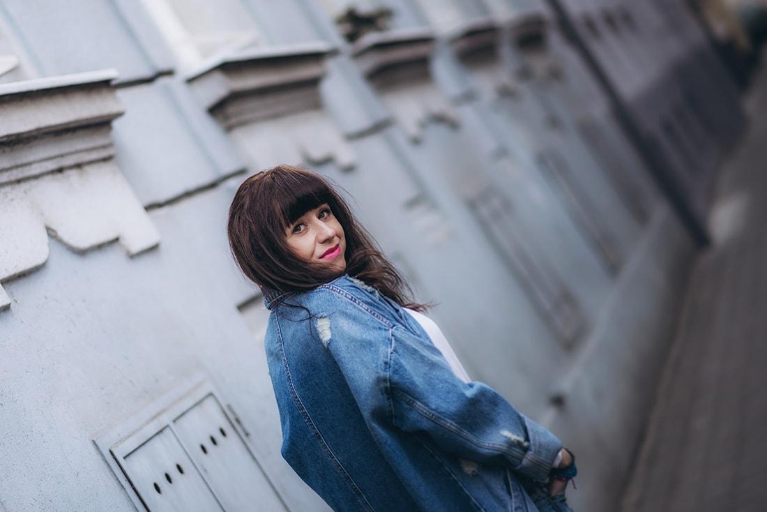 PREČO SI ZAMILOVAŤ DENIMOVÝ OVERSIZE KABÁT_Katharine-fashion is beautiful_blog 8_Kabát a džínsy Zara_Kabelka Parfois_Katarína Jakubčová_Fashion blogerka