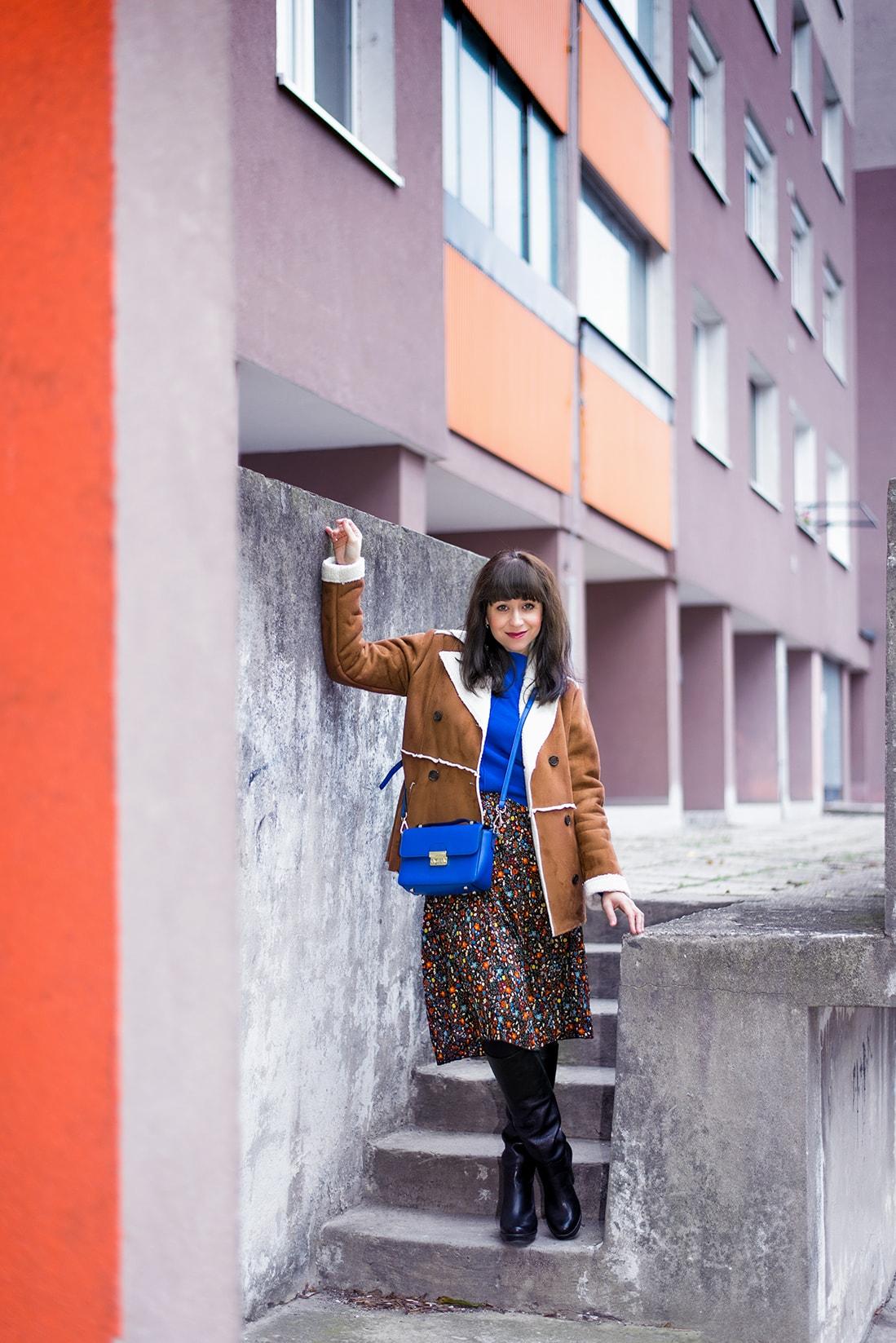 V NOWOM TARGU A SEMIŠOVÁ BUNDA NIELEN PRE BLOGERKU_Katharina-fashion is beautiful blog 1_Kvetovaná plisovaná sukňa_Kabelka JEJ_Katarína Jakubčová_Fashion blogerka