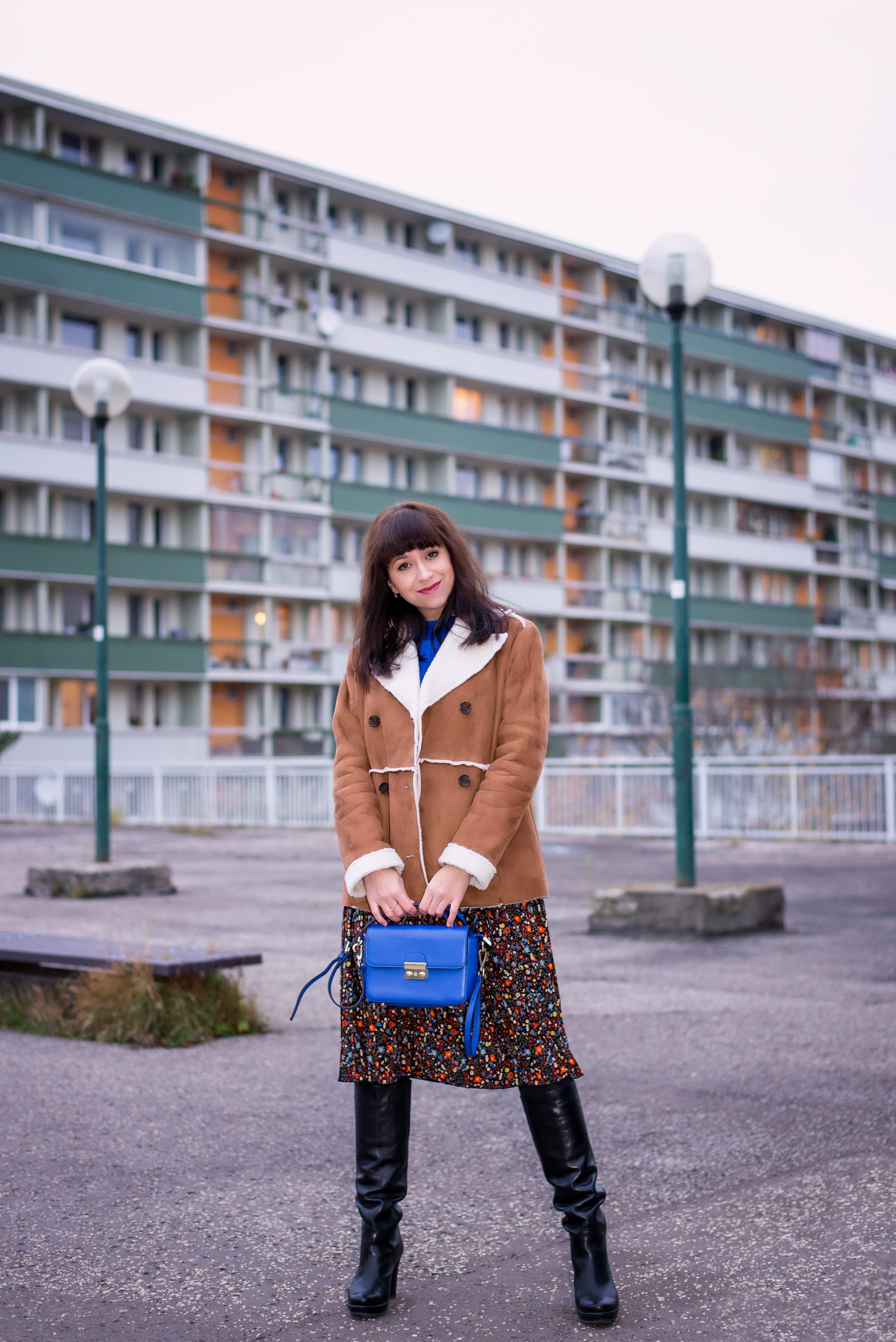 V NOWOM TARGU A SEMIŠOVÁ BUNDA NIELEN PRE BLOGERKU_Katharina-fashion is beautiful blog 10_Kvetovaná plisovaná sukňa_Kabelka JEJ_Katarína Jakubčová_Fashion blogerka