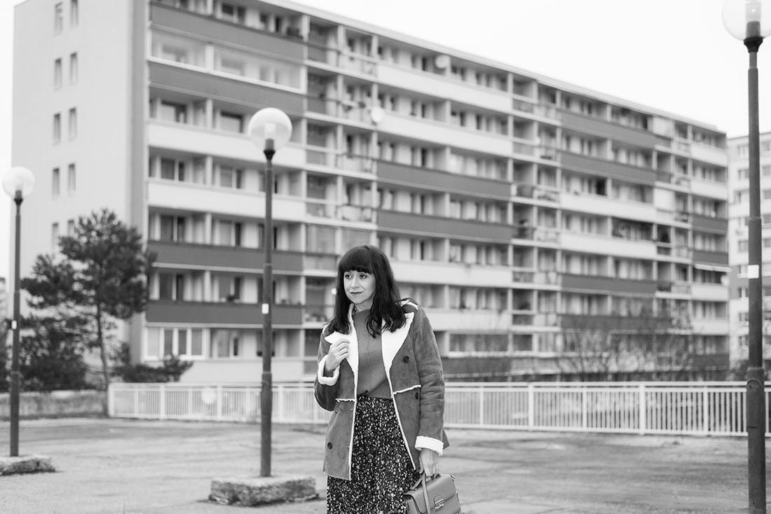 V NOWOM TARGU A SEMIŠOVÁ BUNDA NIELEN PRE BLOGERKU_Katharina-fashion is beautiful blog 11_Kvetovaná plisovaná sukňa_Kabelka JEJ_Katarína Jakubčová_Fashion blogerka