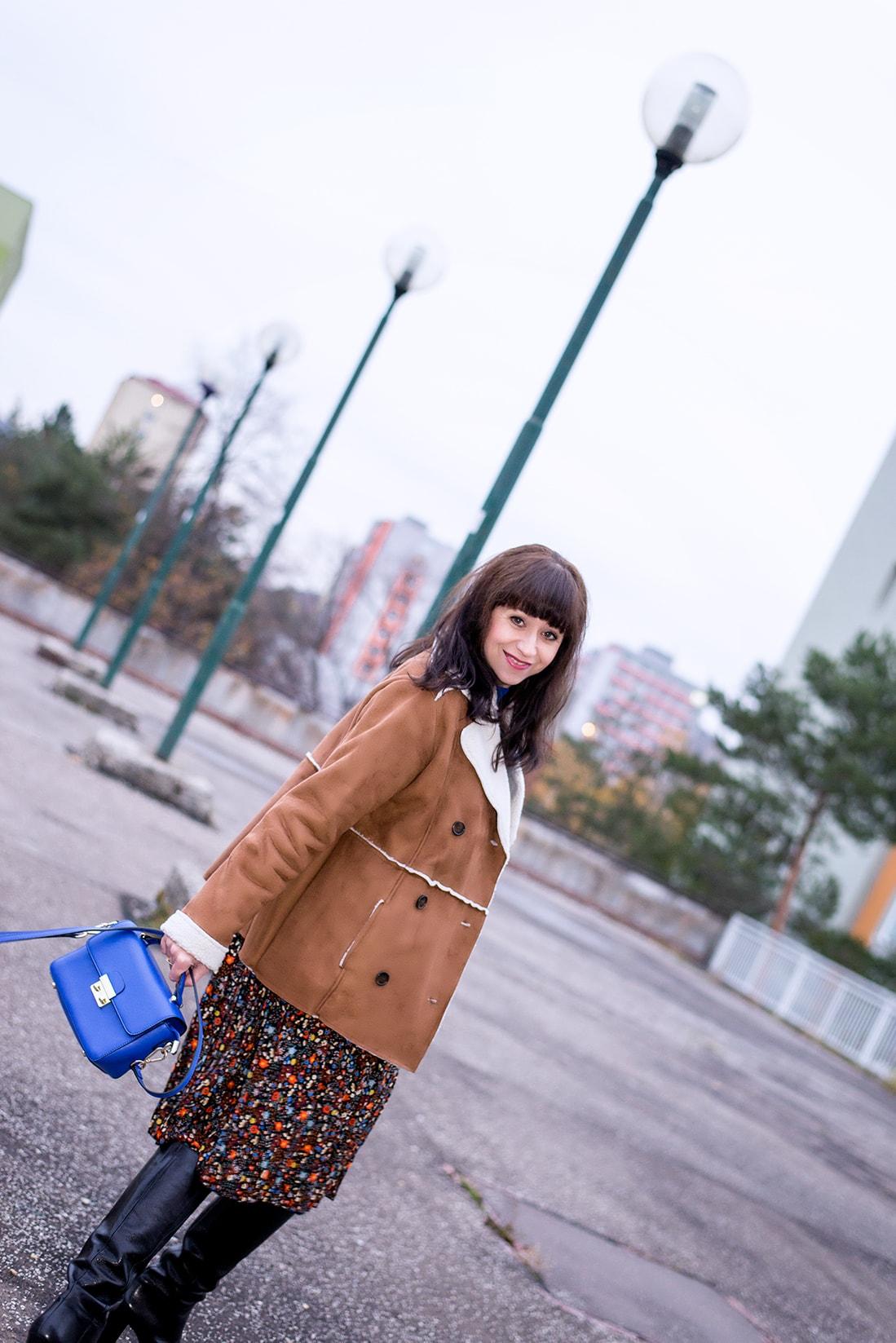 V NOWOM TARGU A SEMIŠOVÁ BUNDA NIELEN PRE BLOGERKU_Katharina-fashion is beautiful blog 14_Kvetovaná plisovaná sukňa_Kabelka JEJ_Katarína Jakubčová_Fashion blogerka